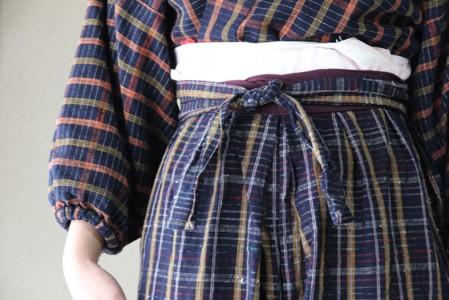 綿から作った手織りのモンペと羽織。着る物すべて手作り。