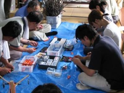 木工アクセサリー作りに取組む参加者