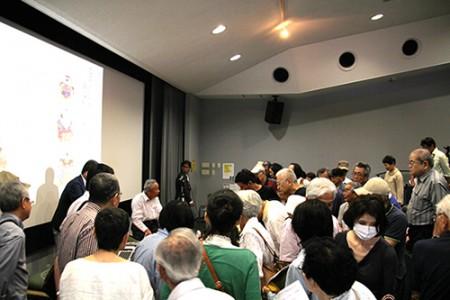 講演会後、細居さんと小幡人形を取り囲み、質問が相次ぎました