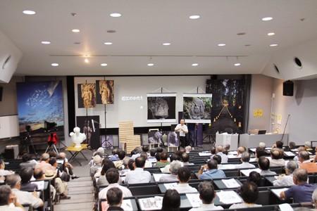 写真スタジオのセットのような会場。寿福滋先生の作品が並びます。