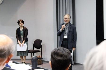 後期1回目の講座として挨拶する西久松所長