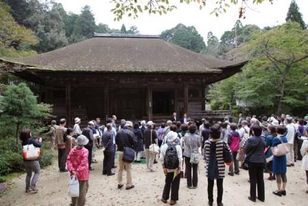 長寿寺の本堂前にて( 撮影:津田睦美研究員)