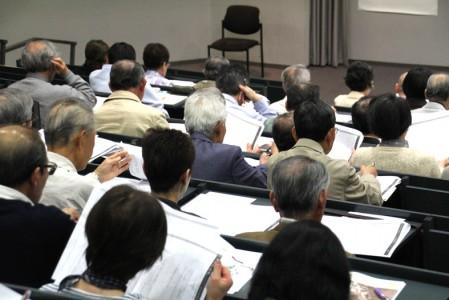 太田先生が用意した16ページもの資料を見ながら、講演が行われました