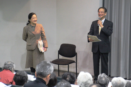 川本先生の論文を読み学んだという、小嵜善通研究員(本学教授)にから川本先生のご紹介を行いました。