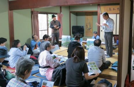 上仰木自治会館にて、はじめに永江研究員から写生についての説明とアドバイスがありました。