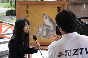 TV取材を受ける美術領域アシスタントの今岡さん