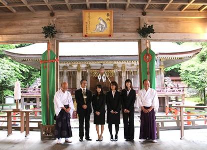 拝殿に掲げられた絵馬の前で記念撮影 左から、馬渕宮司、吉村研究員、今岡さん、橋爪さん、大野さん、須原権禰宜