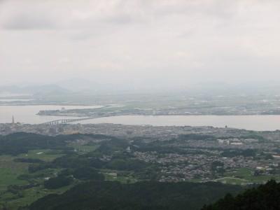 山頂付近から琵琶湖を遠望 右隅に大学が見える