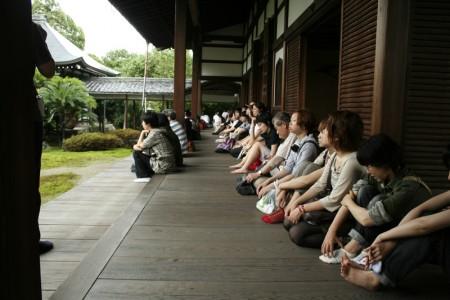 祥瑞寺にて熱心に解説を聞く学生たち