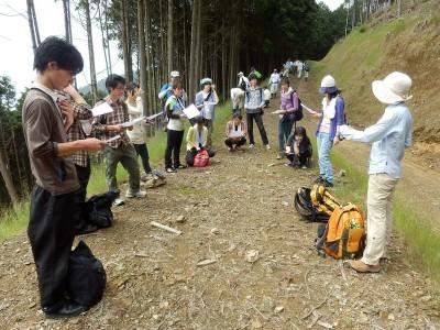 途中休憩。佐藤講師が雑木林と人工林の違いを説明