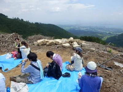山頂付近の目的地でお昼ご飯。美しい琵琶湖を眺めながらお弁当をいただきました