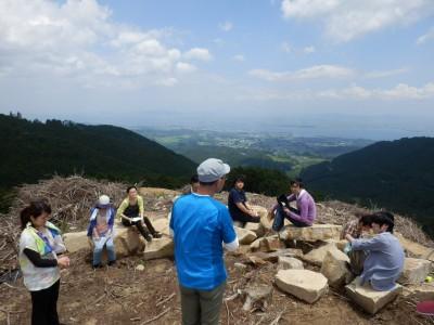 昼食後、30分程度レクチャー。人工林のの歴史と山を守る地元森林組合の方々の活動を学びました