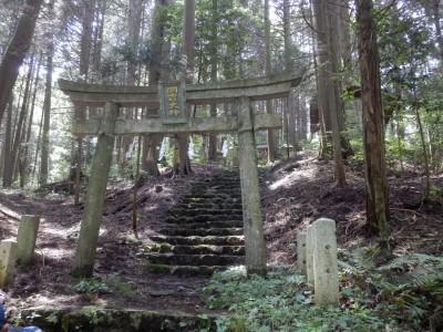 急な斜面を下山。仰木の奥宮である滝壺神社にお参り。白鳳時代に遡る仰木の出発点を確認しました
