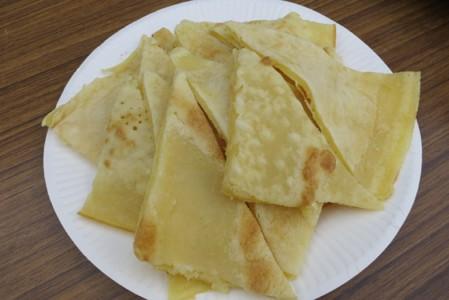 仰木で昔おやつ代わりに食べられていた「もし」。小麦粉に炭酸と卵を入れて、クレープのような味。