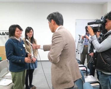 インタビューを受ける(左から)小林さんと鈴木さん
