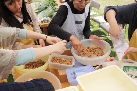 学生たちも一緒に納豆餅をつくりました