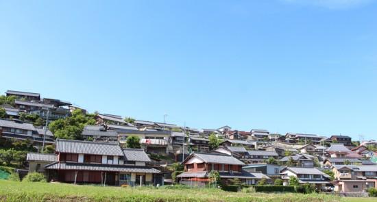 大津市仰木地区。比叡山山麓の尾根沿いに集住する民家群をみる。