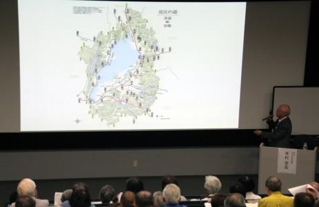 多くのスライドを使用して分かりやすく近江の道の特性を解説する木村顧問