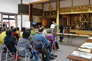 本福寺本堂で開催した講評会の様子