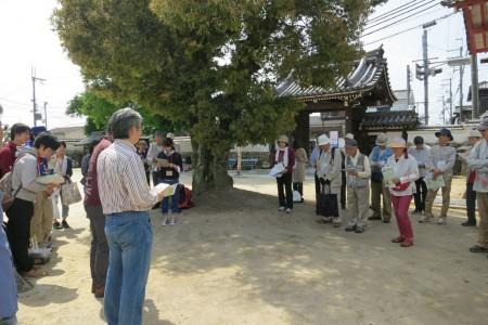写生前に参加者へ写生のポイントを解説する永江研究員