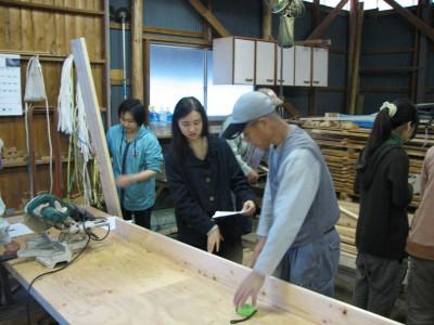 地元の大工さんや森林組合の方などのアドバイスで作業を進める学生