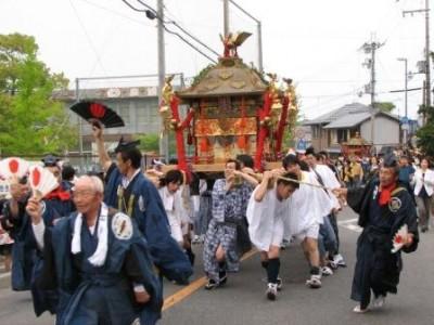 大宮を先頭に村落を巡る神輿