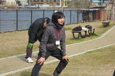 びわこ成蹊スポーツ大学学生による準備体操のレクチャー