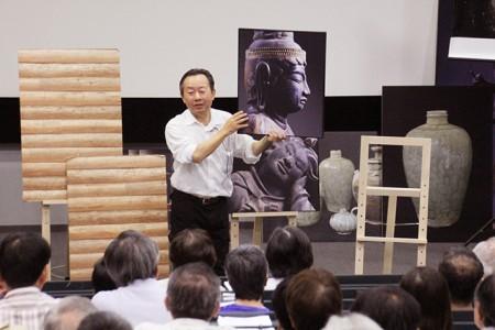 寿福滋さん。昨年9月に開催された近江学研究所公開講座の講演の様子。