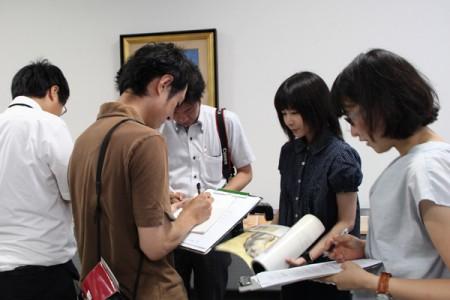 絵馬復元模写に取り組む、美術領域4年の今岡一穂さんも取材を受けました。