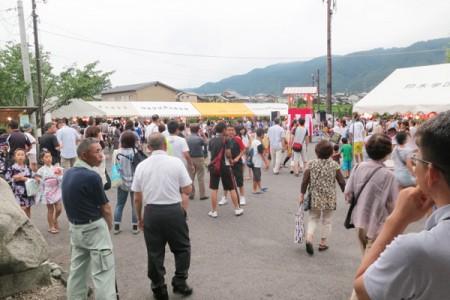 仰木ふれあい夏祭り会場には地元の方の屋台がたくさん並びます