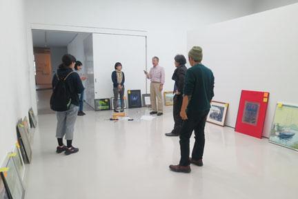 永江研究員の指導で、学生たちが搬入作業を行ないました。