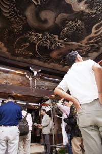 信楽院では、小嵜研究員の解説を聞きながら雲竜図を拝観 撮影:津田睦美