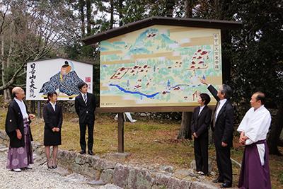 奉納された「日吉山王宮曼荼羅」の前で、記念撮影。 左から 馬渕宮司、橋爪さん、梶浦さん、今岡さん、吉村研究員、須原禰宜