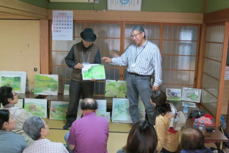 辻が下自治会館にて作品の講評をする永江研究員(右)と板東先生(左)