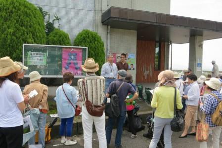 堅田漁港にて写生の解説をする永江研究員と待井先生