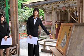 美術領域日本画コースの大野さん。担当した草花について説明。
