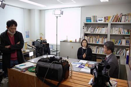 撮影は、成安造形大学の加藤研究室にて行われました。