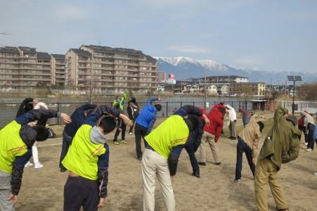 比良山と内湖をながめる公園で準備体操