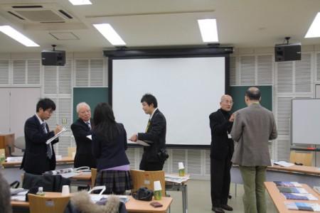 記者の質問に答える木村所長と辻編集長