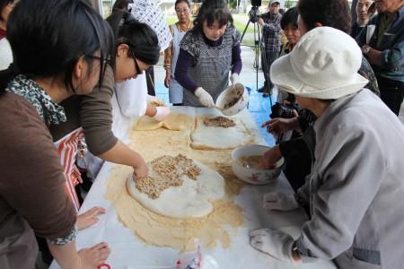 食文化の聞き取りとして、「納豆餅」づくりを実体験しました。