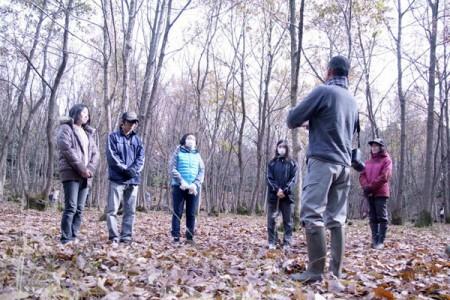 雑木林の中で今森教授の解説を受ける学生