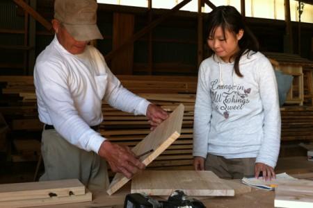 間伐材を利用し、家具を製作。地元の大工さんが指導していただく【木工体験】