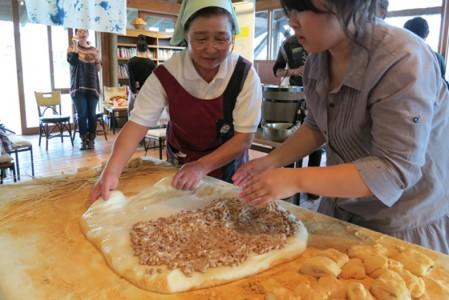 仰木産の大豆で作った手作り納豆に塩味をつけ、羽二重餅で包み、まわりをきなこでまぶします。