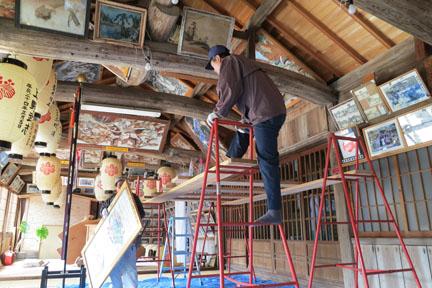 絵馬がたくさんある拝殿。絵馬の上げ下ろしは地元の大工さんが行ってくださいました。