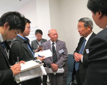 取材を受ける(左から)仰木地区の飯田さんと飛田さん
