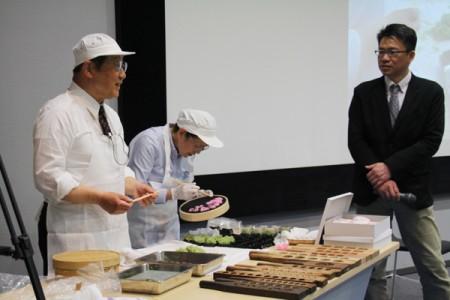 加藤賢治研究員 と 実演を行う遠藤夫妻