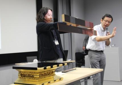 漆の塗りについて説明する井上さんと石川研究員