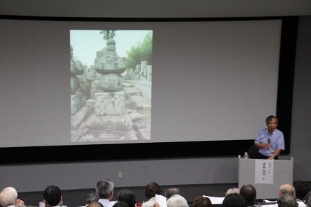 多くのスライドを使用し、石塔が運ばれた道を解説する兼康先生